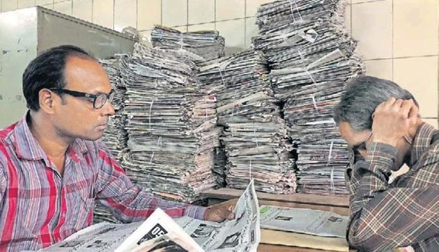 At least 17 newspapers in Hindi, Urdu and English are available for patrons at Hardayal Library branch no. 1, located next to the post office in Daryaganj, Delhi.(HT photo)