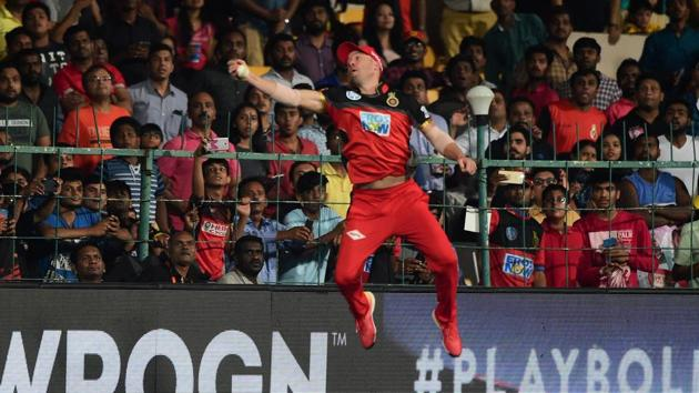 Royal Challengers Bangalore AB De Villiers takes the catch of Alex Hales of Sunrisers Hyderabad during their IPL 2018 match at Chinnaswamy Stadium in Bengaluru on Thursday.(PTI)