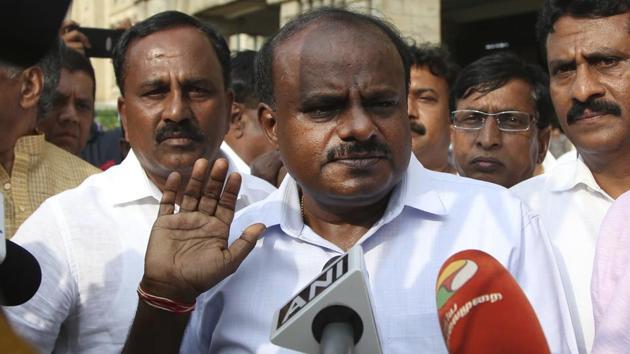 Janata Dal (Secular) leader H. D. Kumaraswamy, center, speaks to journalists in Bengaluru.(AP)