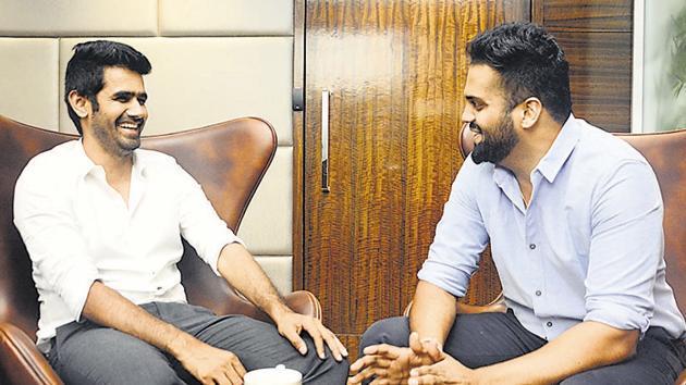 Nilesh Palresha (left) and Siddharth Khinvsara, who run a farming startup.(Shankar Narayan/HT PHOTO)