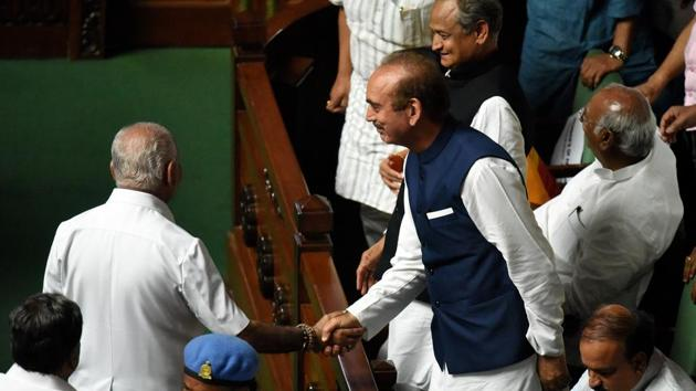 Congress leader Ghulam Nabi Azad shakes hand with BS Yeddyurappa after he resigned as the chief minister of Karnataka during a special session at Vidhan Soudha in Bengaluru on May 19.(Arijit Sen/HT Photo)