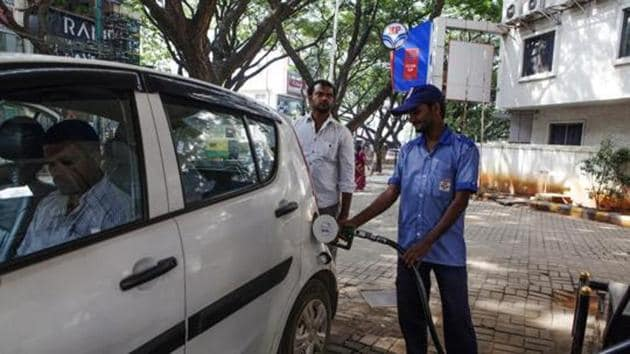 An attendant refuels a vehicle at a Hindustan Petroleum Corp. gas station in Bengaluru, India.(Bloomberg File Photo)