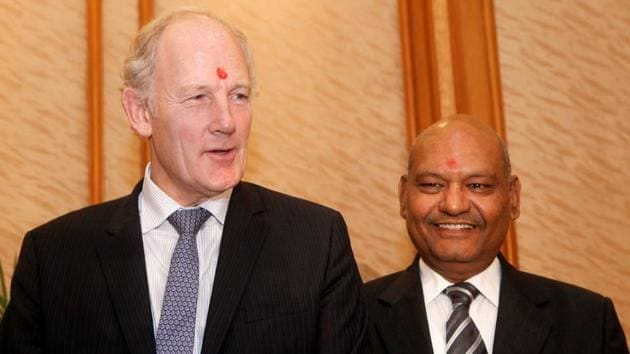 Cairn Energy chief executive Bill Gammell (L) and Vedanta chairman Anil Agarwal pose for a picture during a news conference in Mumbai October 11, 2010.(REUTERS)