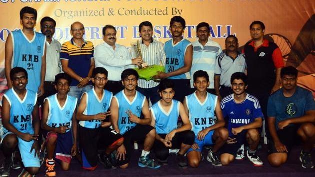 The Sharp Shooters A team after winning the Late Sanjay Mahadeo Nimhan memorial under16 basketball championship at Deccan Gymkhana on Thursday.(SHANKAR NARAYAN/HT PHOTO)