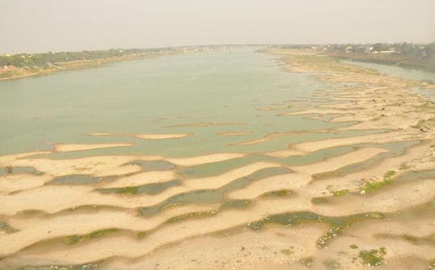 Dry patches in a stretch mid-stream of river Ganga near Samane Ghat area.(HT Photo/Rajesh Kumar)