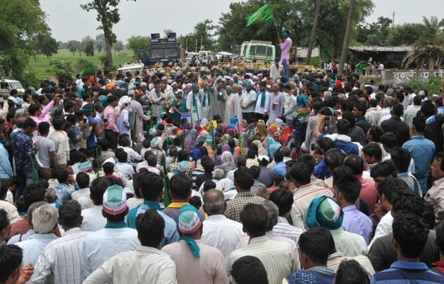 Farmers take part in a condolance meeting for police firing victims organised as part of Kisan Mukti Yatra, in Gudbheli near Pipalya Mandi , Madhya Pradesh, India.(Mujeeb Faruqui/HT Photo)