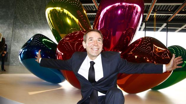 Artist Jeff Koons in front of the sculpture 'Tulips' at the presentation of his solo exhibition in Berlin.(Shutterstock)