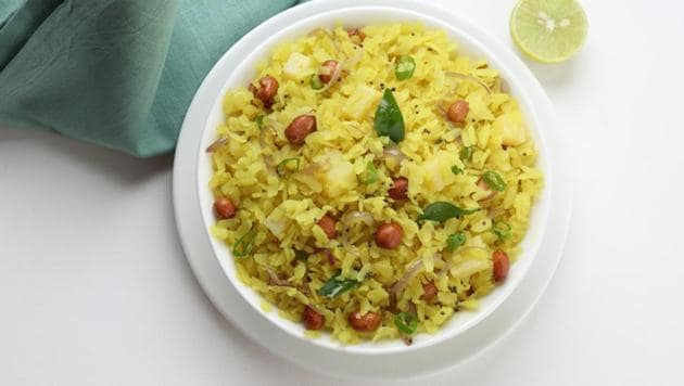 Weight loss diet: You could consider having poha for breakfast.(Shutterstock)