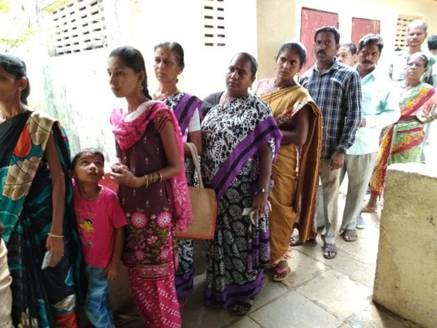 Voters queue up to cote on Monday. Owing to faulty machines, re-polling was held in 49 polling booths in Bhandara-Gondia.(Pramod Thakur/HT File Photo)