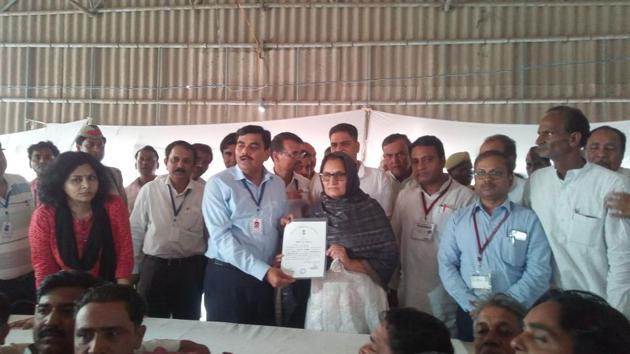 Rashtriya Lok Dal Tabassum Hasan receiving a certificate of victory from district magistrate of Shamli, after winning the Kairana Lok Sabha constituency.(HT Photo)