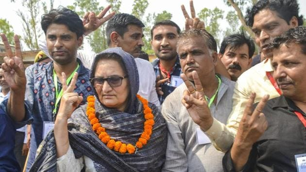 Rashtriya Lok Dal candidate Tabassum Hasan with her supporters outside a counting centre after winning the Kairana Lok Sabha by-elections, in Kairana on Thursday.(PTI)