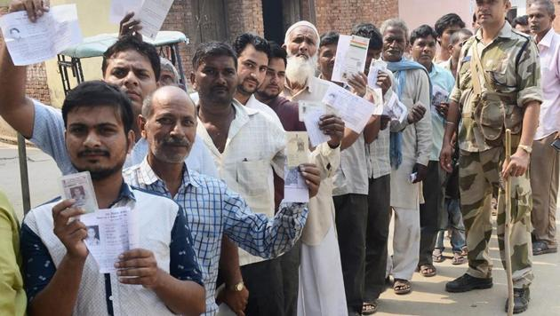 People queue up to cast their votes in Noorpur assembly bypolls in Bijnor on May 28, 2018.(PTI)
