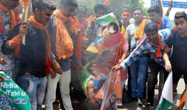 Agra: Members of Hindu Vahini Sangathan burn posters of actor Salman Khan during a protest against his upcoming movie Loveratri, in Agra on Thursday, May 31.(PTI)