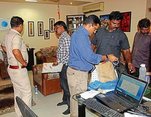 Police at Shoumik Ghosh's house in Thane.(Praful Gangurde/ Hindustan Times)