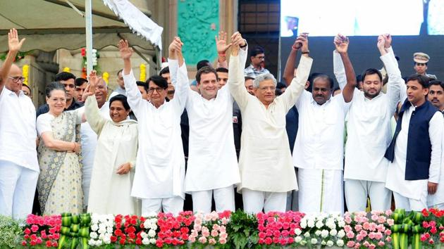 (L to R): NCP leader Sharad Pawar, Congress leader Sonia Gandhi, BSP leader Mayawati, RLD leader Ajit Singh, Congress president Rahul Gandhi, CPI(M) general secretary Sitaram Yechury, newly sworn-in Karnataka chief minister HD Kumaraswamy, RLD leader Tejashwi Yadav and Samajwadi Party leader Akhilesh Yadav, in Bengaluru on May 23, 2018.(PTI)