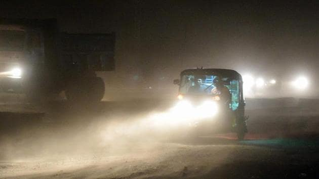 File photo of an auto rickshaw on a road during a dust storm in Mathura on May 2.(AFP Photo)