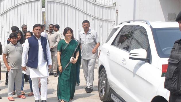 Former Uttar Pradesh chief minister and Samajwadi Party chief Akhilesh Yadav and his wife Dimple Yadav (Kannauj MP) leave the government bungalow on 4 Vikramaditya Marg in Lucknow on Saturday.(Subhankar Chakraborty/HT PHOTO)