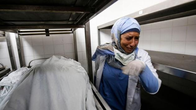 A Palestinian paramedic mourns over the death of her colleague Razan al-Najjar at the morgue in Khan Yunis hospital in the southern Gaza Strip on June 1, 2018. Razan al-Najjar, a 21-year-old Palestinian volunteer for the Hamas-run health ministry in Gaza, was shot dead by Israeli soldiers near the Gaza border fence on June 1.(AFP Photo)