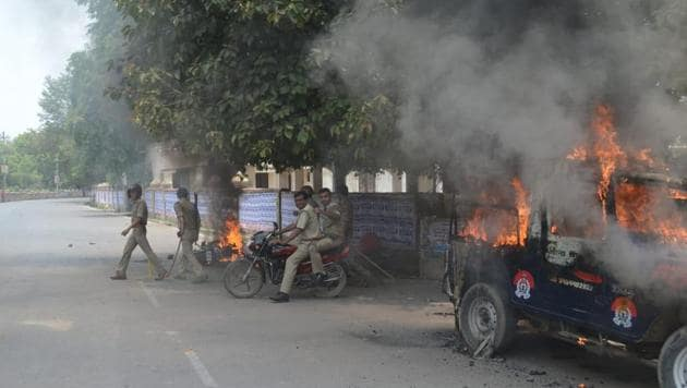 A police jeep was among the vehicles set on fire by agitating students.(Anil Kumar Maurya/ HT Photo)