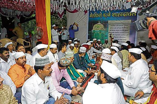 The warkari group from Sangamwadi sing bhajans at the Shadul baba dhargah before the iftar namaz on Wednesday.(RAHUL RAUT/HT PHOTO)