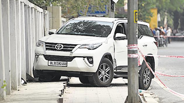 Seven policemen from Mianwali Nagar and Vivek Vihar police stations braved the scorching heat and the blazing sun for almost 18 hours to keep an eye on the stolen Fortuner SUV that had been parked in east Delhi's Jhilmil Colony.(Sanchit Khanna/HT PHOTO)