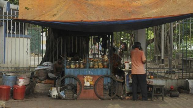 A food vendor on Southern Avenue in Kolkata on Wednesday.(Samir Jana/HT PHOTO)