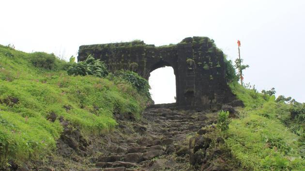 Entrance to Rohida fort from Bajarwadi village.(Ashish Phadnis/ HT PHOTO)