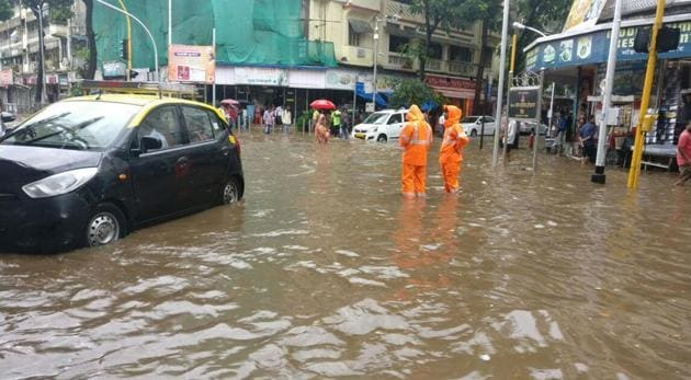 Parts of central Mumbai, Elphinstone Road, Parel, Dadar TT Circle and Hindmata were flooded in the pre-monsoon thundershowers.(HT Photo)