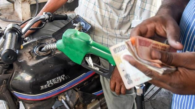 In Delhi, petrol now costs Rs 77.42 a litre, and diesel costs Rs 68.58 per litre.(Sanket Wankhade/HT PHOTO)