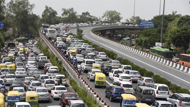 Massive traffic jam on Lajpat Nagar flyover in New Delhi on May 16.(Burhaan Kinu/HT PHOTO)