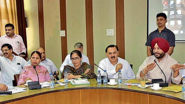 MP Ravneet Bittu (right) during the meeting of councillors and MC officials at Bachat Bhawan in Ludhiana on Friday.(Gurpreet Sigh/HT)