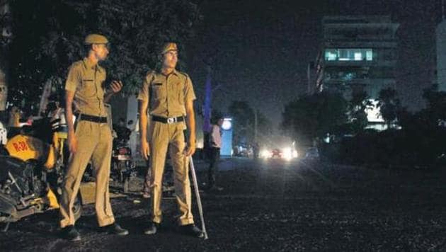 Policemen often find it difficult to patrol poorly lit stretches at night.(HT File Photo/YOGENDRA KUMAR/)
