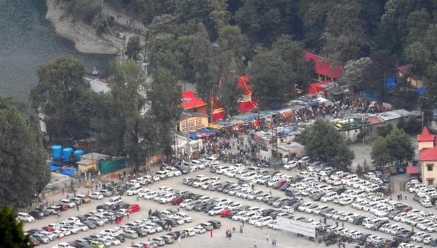 On weekdays around 1,000 vehicles enter Nainital and over 2,000 on weekends, say officials.(Neeraj Santoshi/HT Photo)