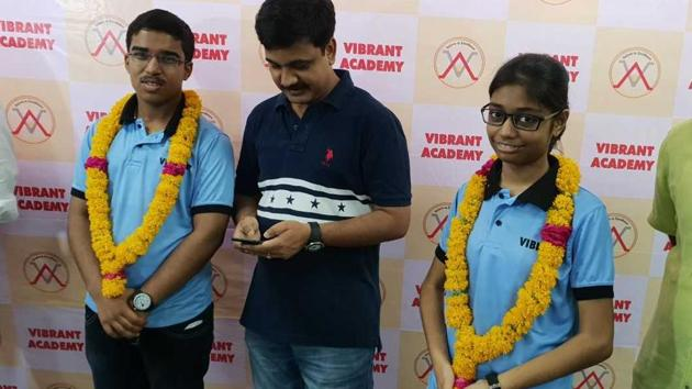 Sahil Jain from Rajasthan's Bundi district grabbed the All India Rank 2 and Meenal Parakh from Kota clinched AIR 6 in the JEE Advanced 2018.(HT Photo)