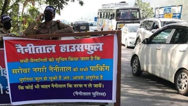 Tourists are making a beeline for Nainital, with predictable results: the police have been forced to put up notices on highways cautioning travellers to stay away as the town has run out of parking space.(HT Photo)