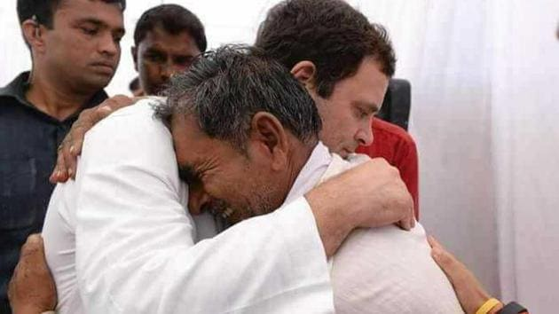 Congress president Rahul Gandhi consoles the family member of a farmer killed in the police firing during 2017 farmers' agitation in Mandsaur, Madhya Pradesh(HT)