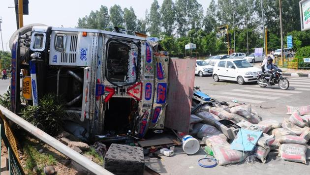 The overturned truck after it collided with the HRTC bus at Satsang Bhawan light point in Mohali on Wednesday.(HT Photo)