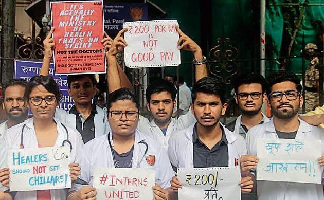 Medical interns protest outside KEM hospital.(Bhushan Koyande/HT)
