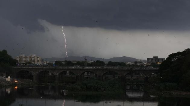 According to IMD, total rainfall received by Pune since June 1 this year has been 61.9 mm, which is 1.8 mm less than the rainfall received last year during the same period.(RAHUL RAUT/HT PHOTO)
