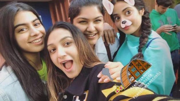 Khushi Kapoor, Tanisha R Santoshi, Anshula Kapoor and Janhvi Kapoor pose for a selfie.(Instagram)