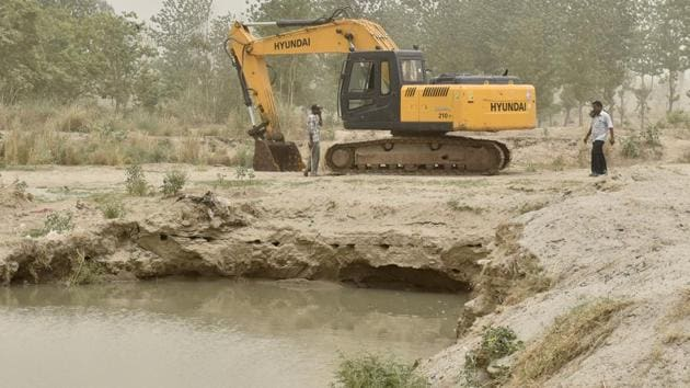 One of two digging machines still kept on the Satluj riverbed at the Goindwal village in Ludhiana on Thursday.(Gurpreet Singh/HT)