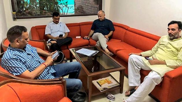 Delhi CM Arvind Kejriwal, deputy CM Manish Sisodia, and state ministers Satyendra Jain and Gopal Rai during a sit-in protest at L-G Anil Baijal's residence.(PTI)