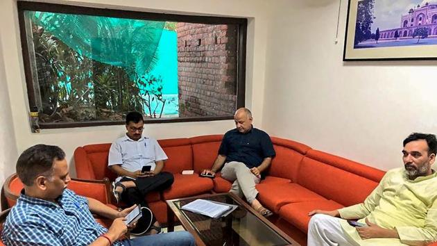 Delhi chief minister Arvind Kejriwal, deputy chief minister Manish Sisodia, Aam Aadmi Party leaders Satyendra Kumar Jain and Gopal Rai during a sit-in protest at Lieutenant Governor Anil Baijal's residence, in New Delhi on June 11.(PTI file photo)