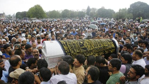 People carry the coffin of slain editor-in-chief of the Srinagar-based newspaper, Rising Kashmir, Shujaat Bukhari, during a funeral procession at Kreeri, some 40 kms north of Srinagar(Waseem Andrabi/ HT)