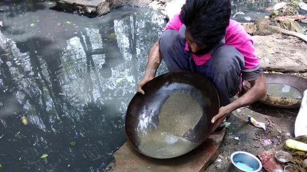 Delhi's gold hunters go about a tedious and dirty process of cleaning several kilos of mud and muck in the hope of finding gold dust and tiny pieces of the precious metal.(HT Photo)