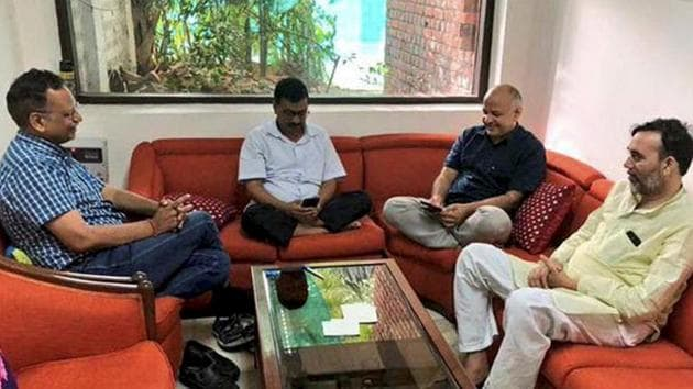 Delhi chief minister Arvind Kejriwal, deputy CM Manish Sisodia and AAP ministers Satyendra Jain and Gopal Rai have been on a sit-in protest at L-G Anil Baijal's residence in New Delhi for seven days.(PTI)