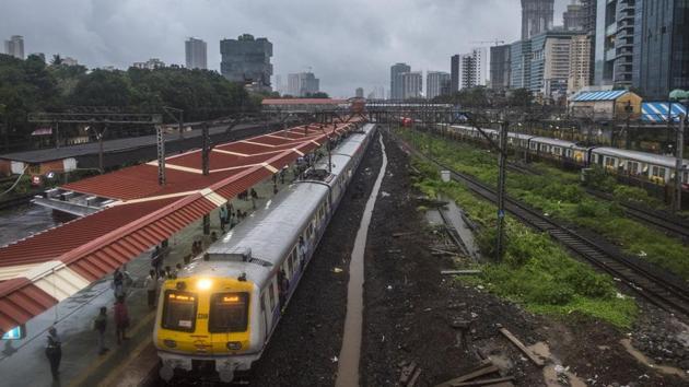 A train arrives at the new platform at Parel railway station on Sunday.(Pratik Chorge/HT Photo)