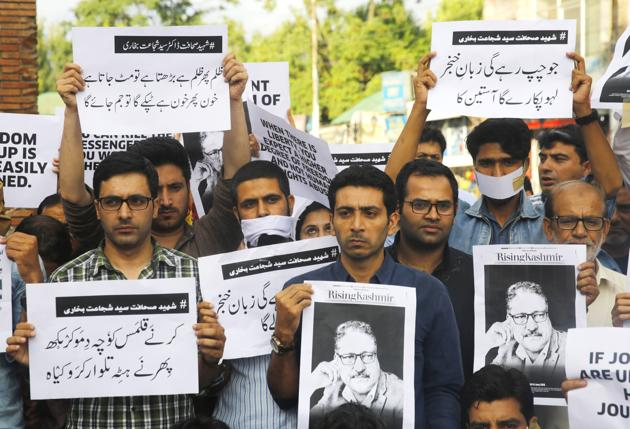 Journalists of Rising Kashmir joined by other journalists from various media hold placards during sit-in protest against the killing of Shujaat Bukhari at Lal Chowk, in Srinagar, on June 18, 2018.(Waseem Andrabi / Hindustan Times)