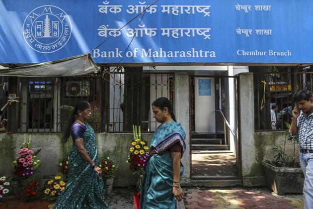 Pedestrians walk past a Bank of Maharashtra Ltd. bank branch in Mumbai, India, on Saturday, Oct. 19, 2013. Photographer: Dhiraj Singh/Bloomberg(Bloomberg)
