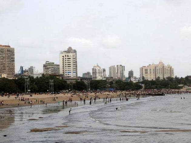 The state has been directed to ensure that the Chhoti Chowpatty part of the beach be cleared by the month-end.(HT File Photo)